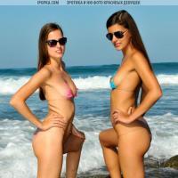 Две модельки в мини бикини на фоне моря