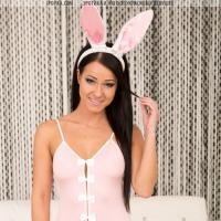 Сексуальная телочка в костюме розового зайчика