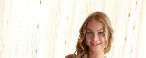 Длинноволосая сексуальная блондиночка снимает с себя белье