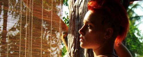 Сексуальная красотка с красными волосам и упругой попой