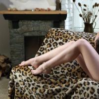 Жаркая кошечка в красивом белье позирует на диване