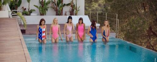 Модели обнажаются в бассейне на отдыхе в Сицилии