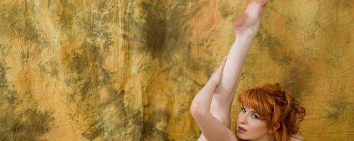 Рыжая девушка работает натурщицей ню галерея