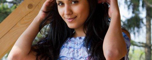 Скромница Нарин показала трусики, стоя на деревянном балконе, подборка фотографий