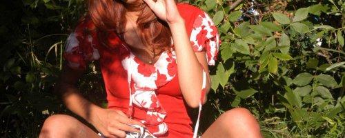 Эротические картинки на природе, Руди, под юбкой которой видно красные трусики