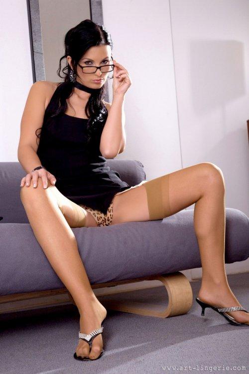 Голая секретарша в очках готова поиграть