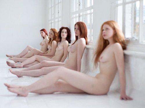 Голые рыжие девушки откровенно позируют в самых выгодных ракурсах