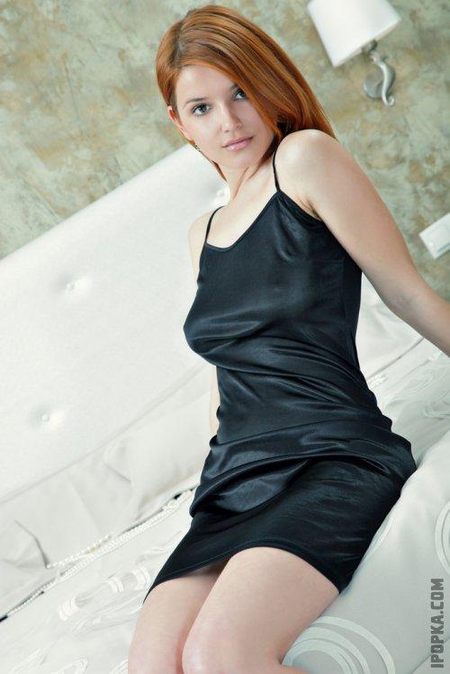 Рыжая девушка в стильном платье подборка фото