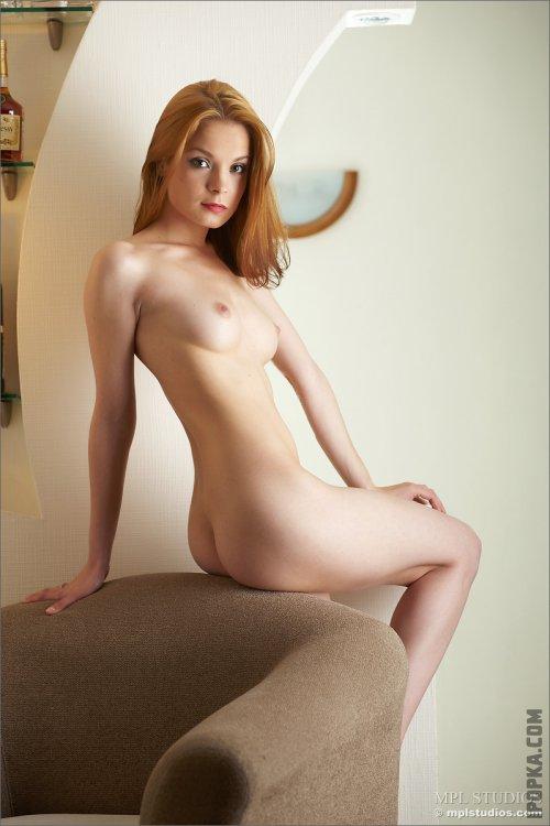 Рыженькая сексуальная девчонка жаждет внимания и ласки фото