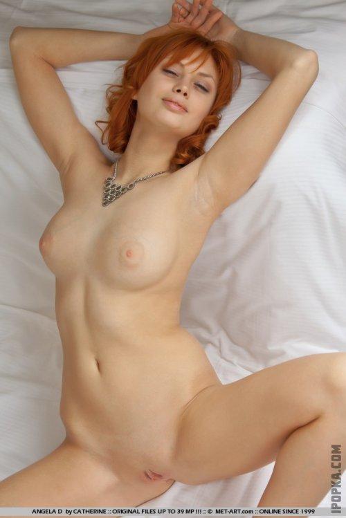 Рыжая девушка позирует голая на кровати картинки