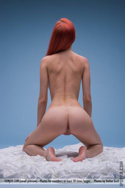 Голая рыжая девушка на ярко-голубом фоне галерея фотографий