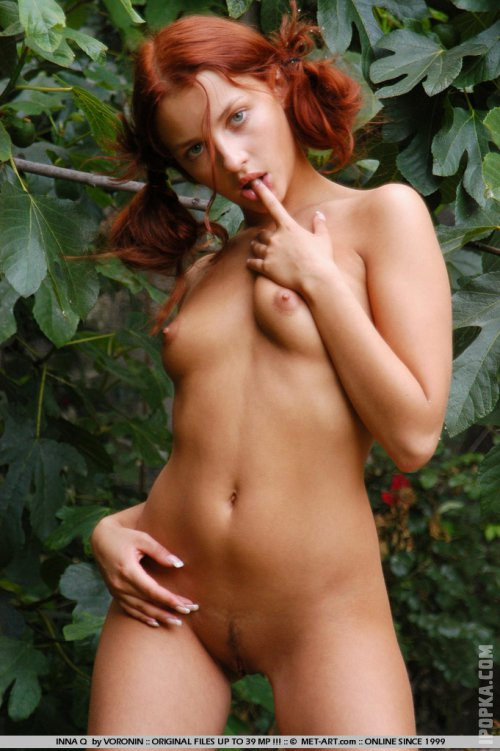 Телочка с рыжим цветом волос подметает во дворе абсолютно голая
