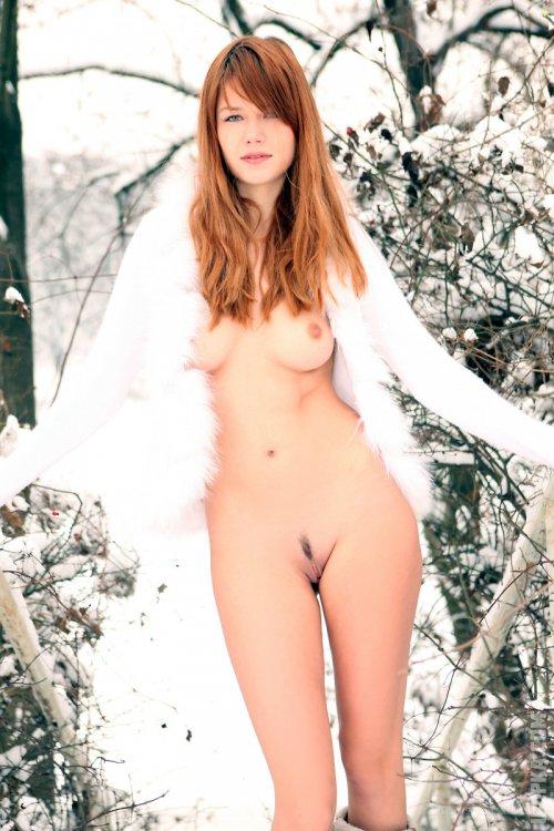 Рыженькая девчонка голая в заснеженном лесу фото