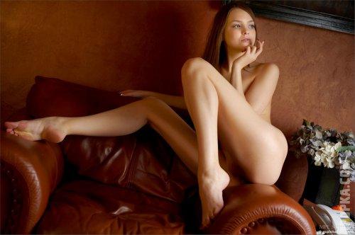 Эротические картинки голой Эмили без трусиков