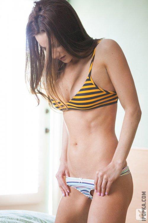 Спортивная Эрика в игривом нижнем белье эротические фотографии