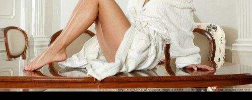 Пылкая брюнетка на фото разделась и показывает свои девичьи титьки, ничего не стесняясь