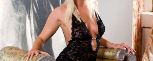Пышнотелая блондинка Ленка Дрозд снимает эротичное белье на галерее картинок