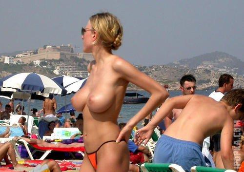 Голые девушки летом на пляже светят красивые сиськи