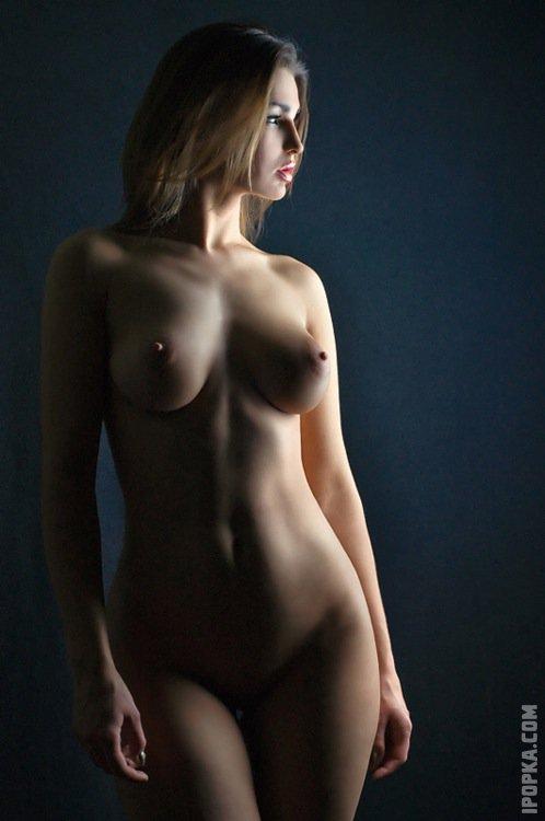 Соблазнительные девушки на фото оголили упругие сиськи