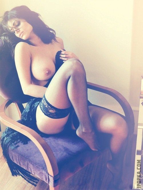Горячая девушка на фото показывает красивые ножки в чулочках