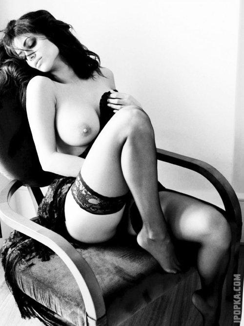 Секси голые бабы со стройными ножками в чулках показывают на фото упругие попки