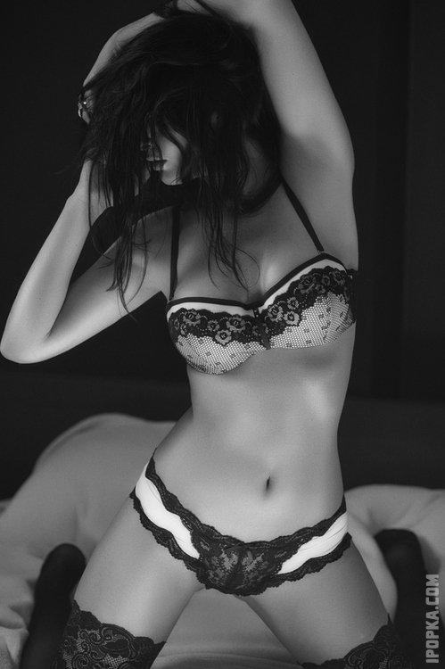Горячие телочки в сексуальных чулочках демонстрирую свои подтянутые задницы на картинках