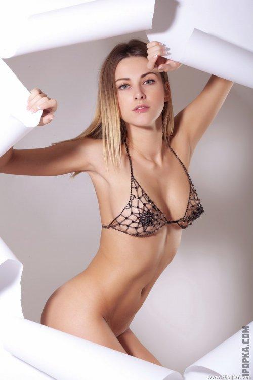 Красивая девушка порвала своими голыми сиськами бумажную стену картинки