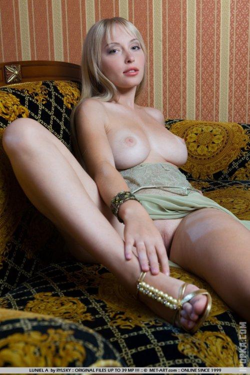 Телка в мокрых трусиках показывает голые сиськи смотреть фото
