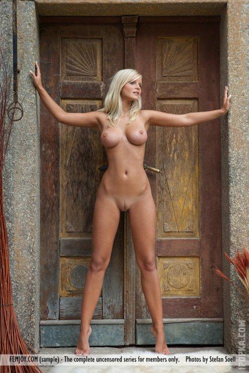 Загорелая блондинка с девичьими, голыми сисками умоляет пустить ее в дом