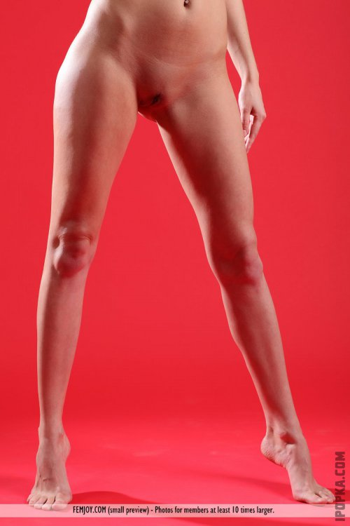 Горячая телка с большим размером груди разделась на красном фоне смотреть фото