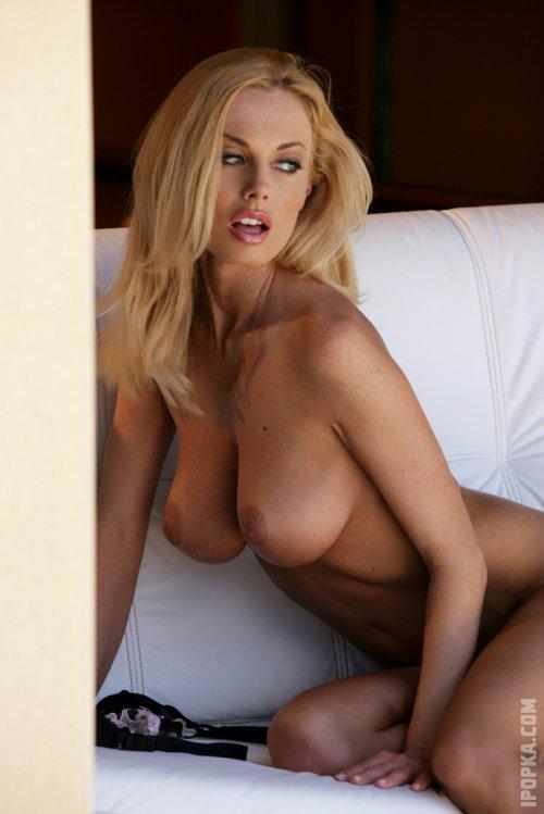 Пылкая обольстительница сексуально разделась, оголив титьки большого размера