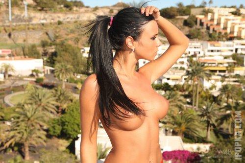 Спортивная красотка с голой маленькой грудью играет со своей киской смотреть фото