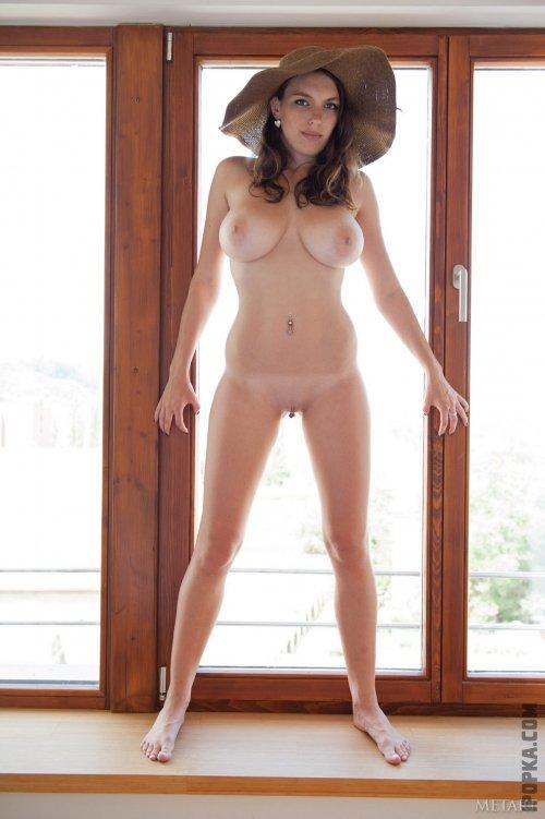 Телочка с висячими сисками большого размера оголяет свои прелести