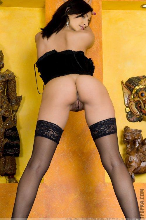 Роскошная брюнетка светит на фото натуральные, висячие сиськи