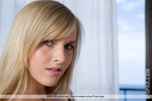Симпатичная блондиночка с красивыми титьками разделась на фото