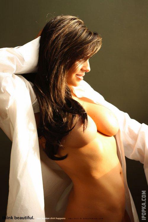 Телочка в белой рубашке светит голую, огромную грудь