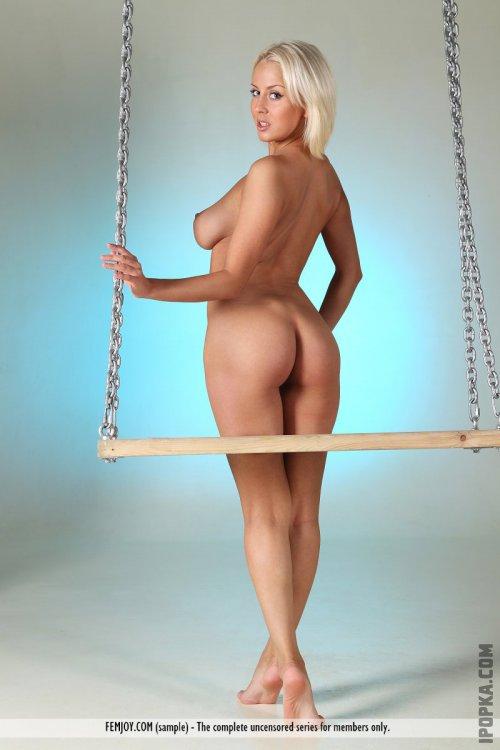Невинная блондинка с упругими титьками устроила стриптиз на качелях