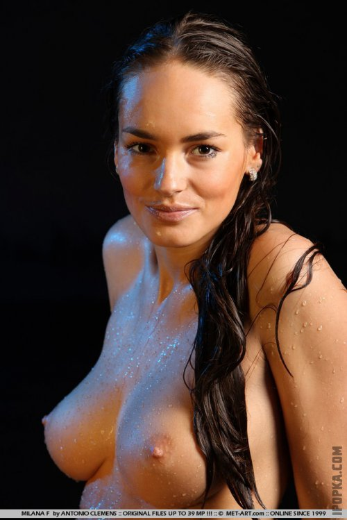 Мокрые развлечение голой девушки с натуральными сиськами