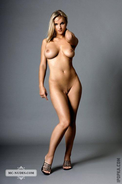 Фото голой модели с развевающимися волосами и большими, круглыми сисками