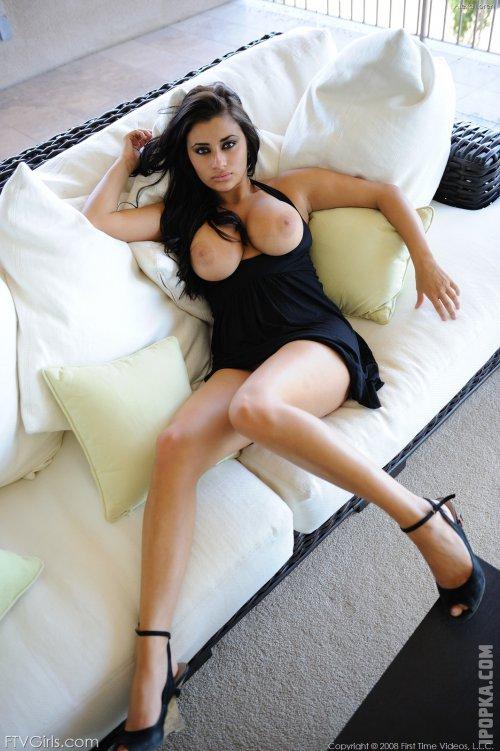 Фото страстной брюнетки с роскошными дойками без лифчика