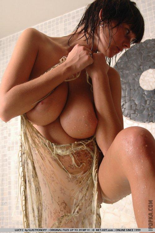 Мокрые огромные дойки голой девушки в душе