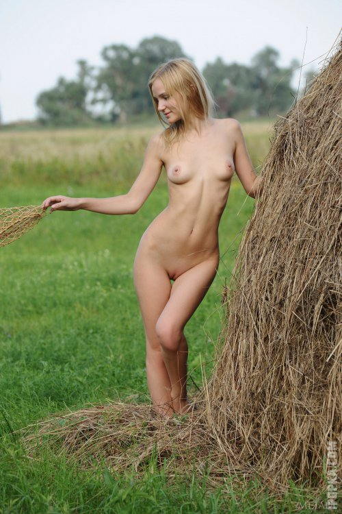 Романтичная блондинка демонстрирует свою попку раком прямо на сеновале