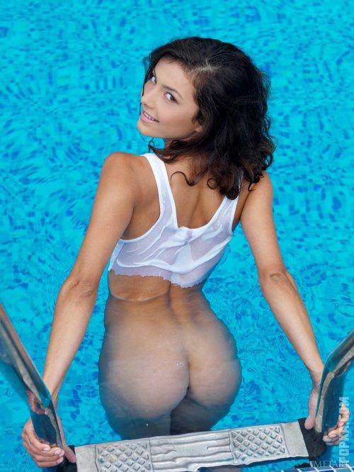 Фото брюнетки, которая решила поплавать с голой попой в бассейне