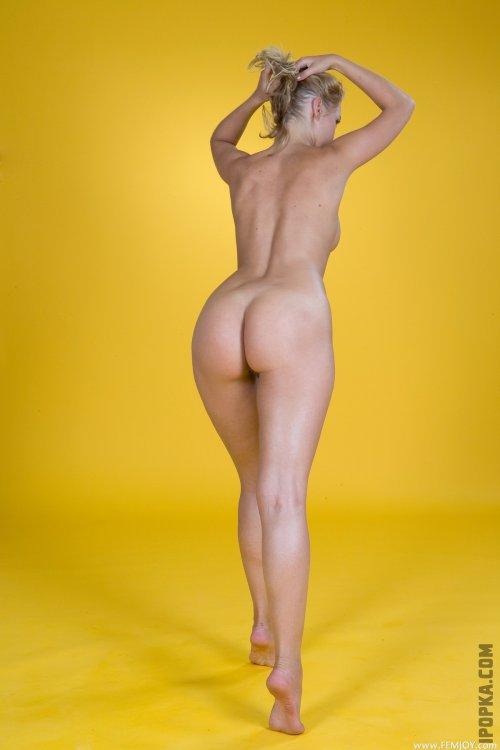 Фото голой телочки с тугой попкой