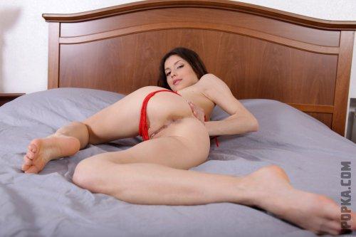 Горячая брюнетка в красном кружевном белье на фото показывает горячую секси попу