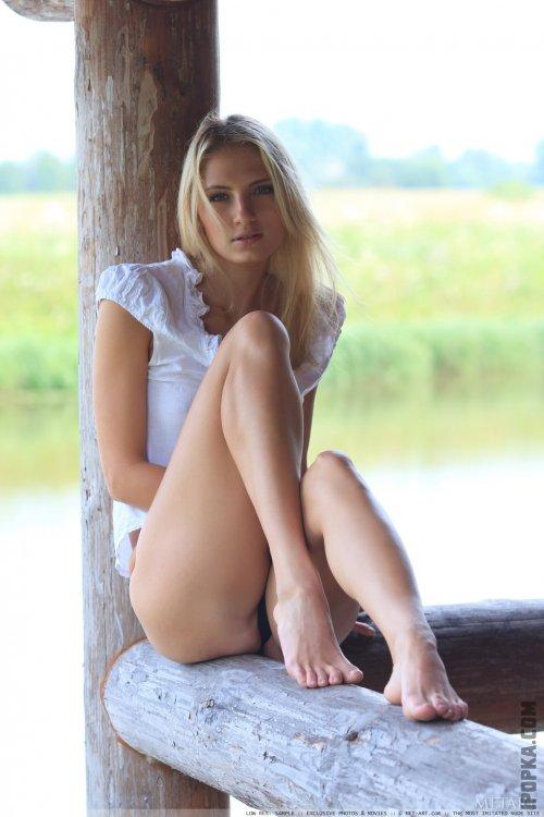 Романтичная эротика с обнаженной блондинкой на летней веранде