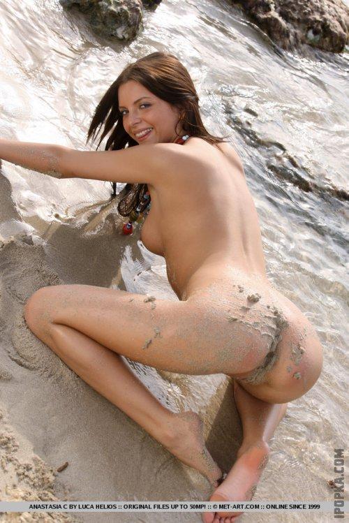 Голая мокрая попка страстной девушки, резвящейся в воде