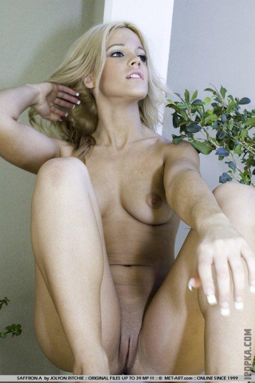Голую блондинку с шикарной задницей застали врасплох на балконе