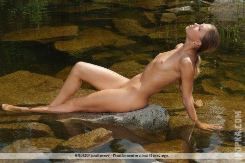 Фото голой загорелой красотки с нежной, круглой попкой, на фоне пруда