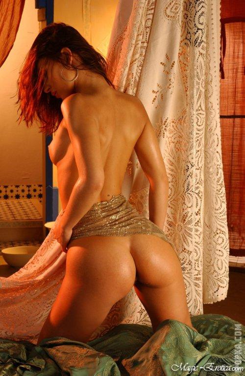 Обольстительница с пухлыми губками в восточном интерьере показывает на фото свою попку раком